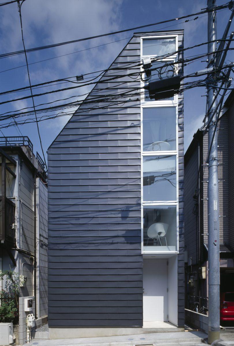 西側外観。建築面積6.5坪の階段室のような狭小住宅。黒い外壁は厚さ0.4mmのガルバリウム鋼板一文字葺き