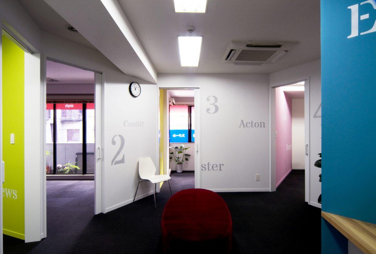 中央のホール。ここから全ての教室に接続する。レッスンの前後に異なるクラスの学生が出会う交流のスペースである。
