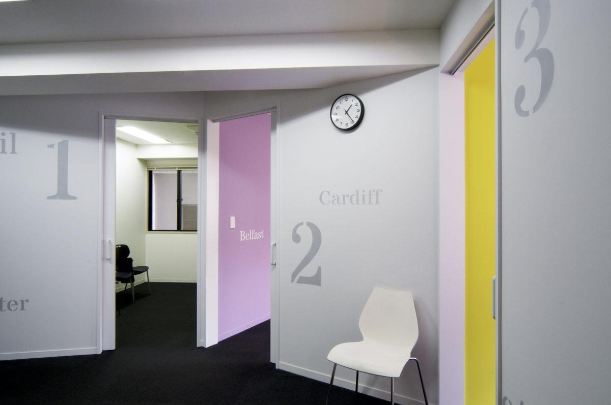 ホールからクラスルームを見る。壁にはクラスルームの名前が描かれている。