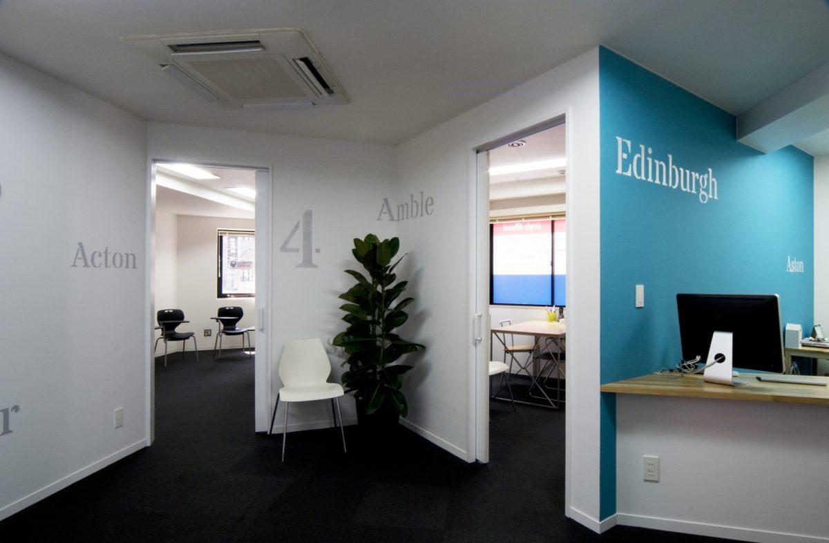 ホール。右手は受付。教室を分け隔てる壁には、教室を特徴づけるために異なるカラーが塗装されている。